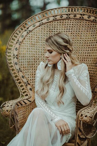 Bohemian bruid in stoel