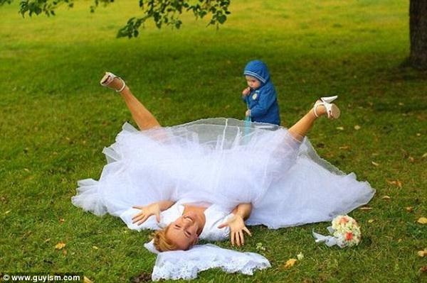 Gênante trouwfoto van bruid op de grond
