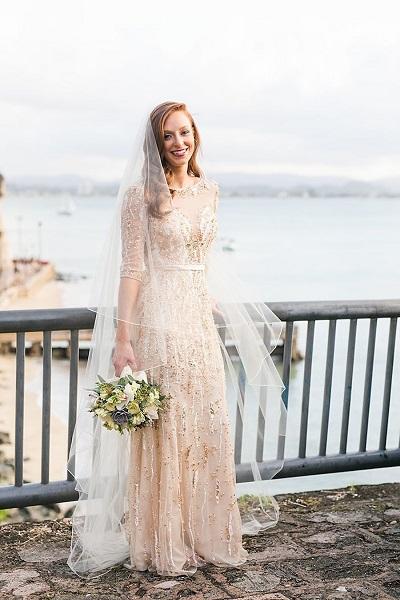 Bruid met wit met gouden trouwjurk