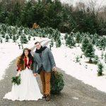 Bruidspaar met kerstbomen