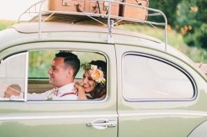 Bruidspaar in trouwauto