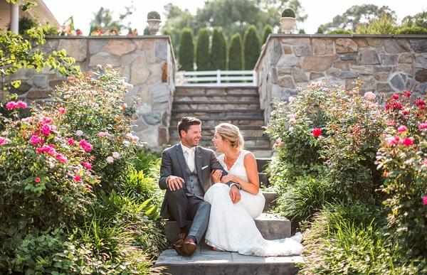 Lachend bruidspaar op de trap