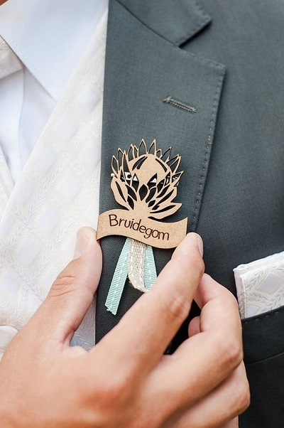 Hout lasersnijden voor corsage bruidegom