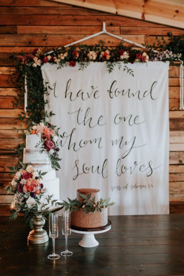 Bruiloft backdrop met quotes voor de ceremonie