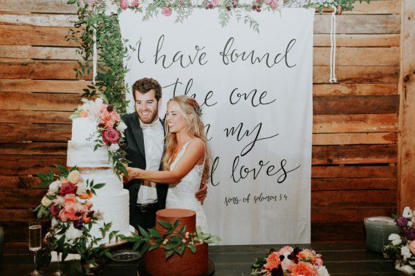 Bruidspaar met quote op achtergrond