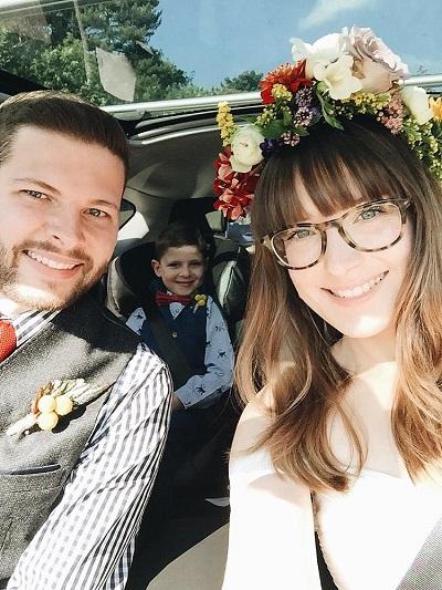 Bruiloft selfie van bruid met bril