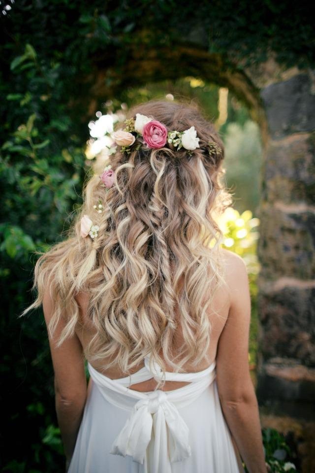 Bruid met bloemen in haar haar