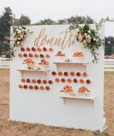 Witte donutmuur met bloemen