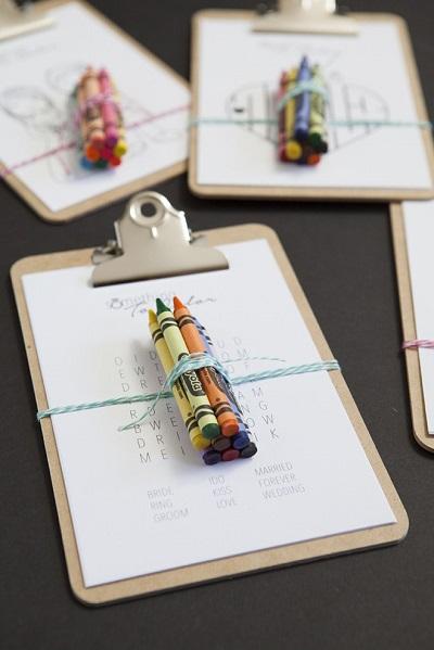 Pakketjes met kleurplaten en krijtjes