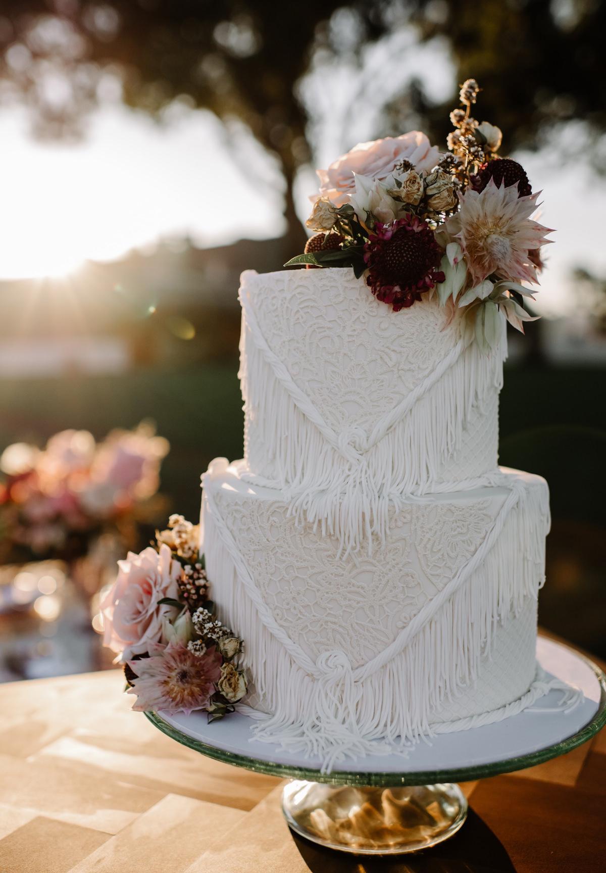Witte bohemian bruidstaart