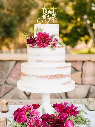 Bruidstaart met roze bloemen