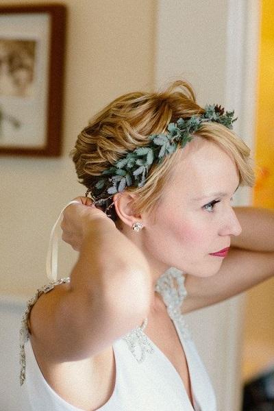 Bruid met kort haar en haaraccessoire