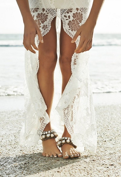 Bruid op blote voeten met enkelbandjes