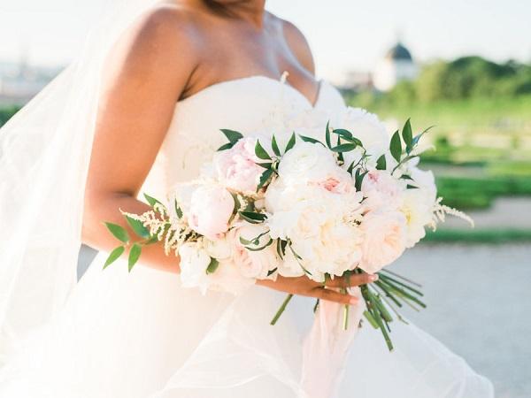 Bruid met bruidsboeket in witte kleur