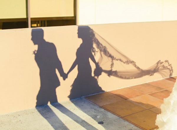 Schaduw bruidspaar op de muur