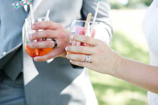 Bruidspaar met drankjes