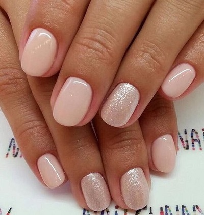 Roze bruidsnagels met glitters