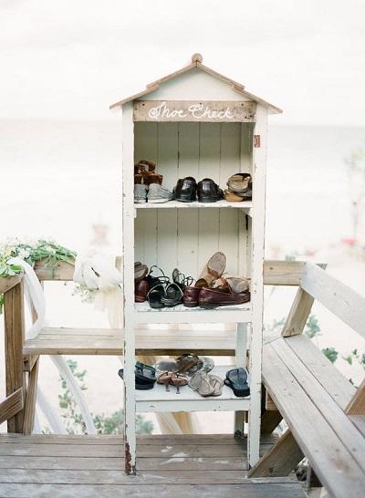 Schoenen in rekje op strand bruiloft