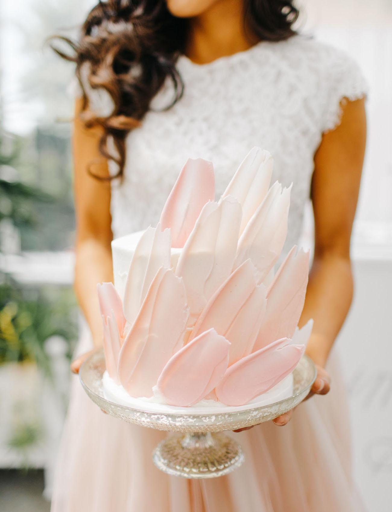 Bruid met roze bruidstaart
