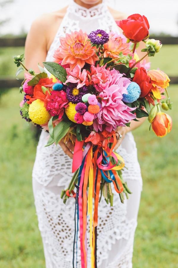 Bruid met kleurrijk bruidsboeket