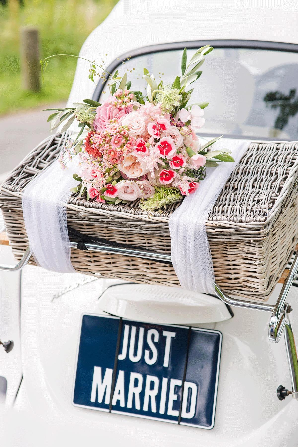 Trouwauto met bloemen