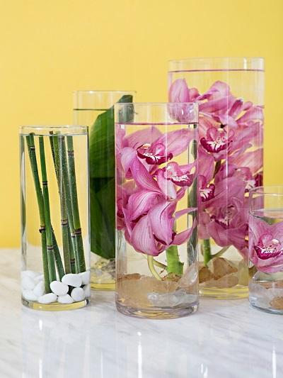 Onder water bloemen in vazen