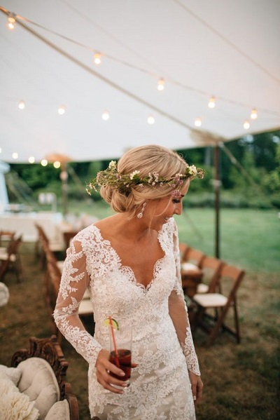 Bruid tijdens buiten bruiloft in tuin
