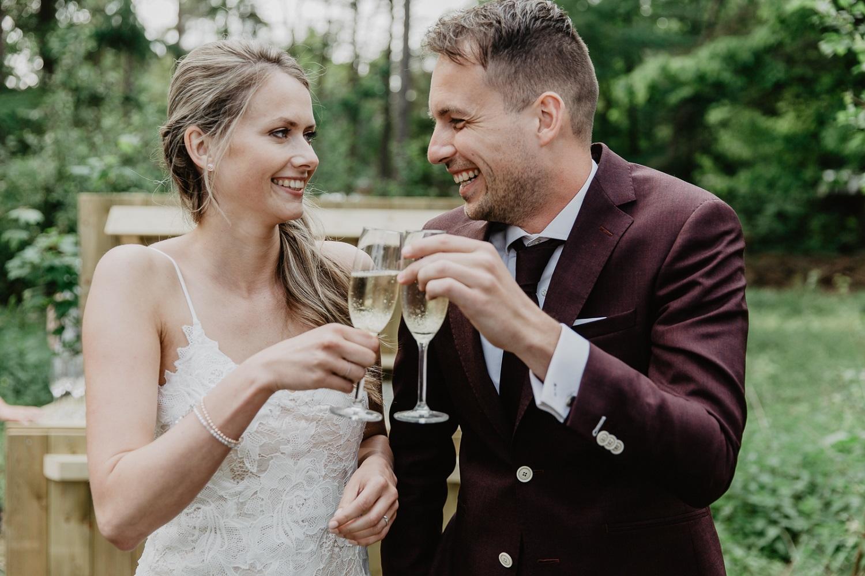 Bruidspaar met een glas champagne