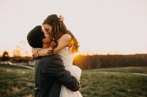 Bruidspaar tijdens golden hour