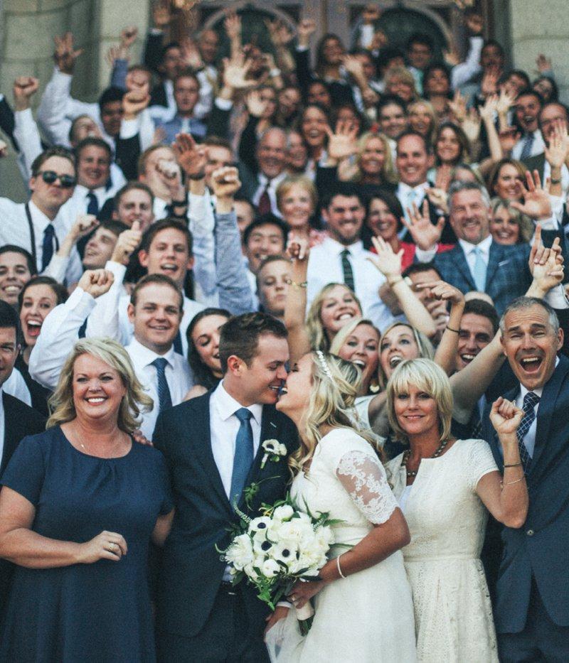 Groepsfoto met bruidspaar en alle gasten