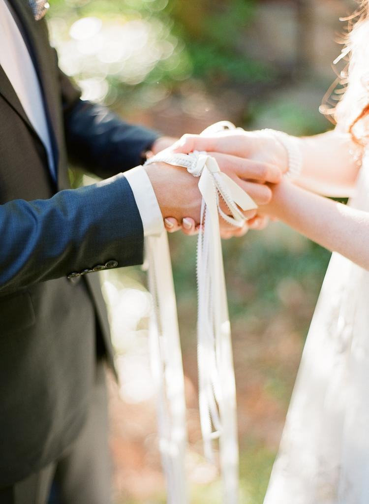 Handfasting rituelen op bruiloft