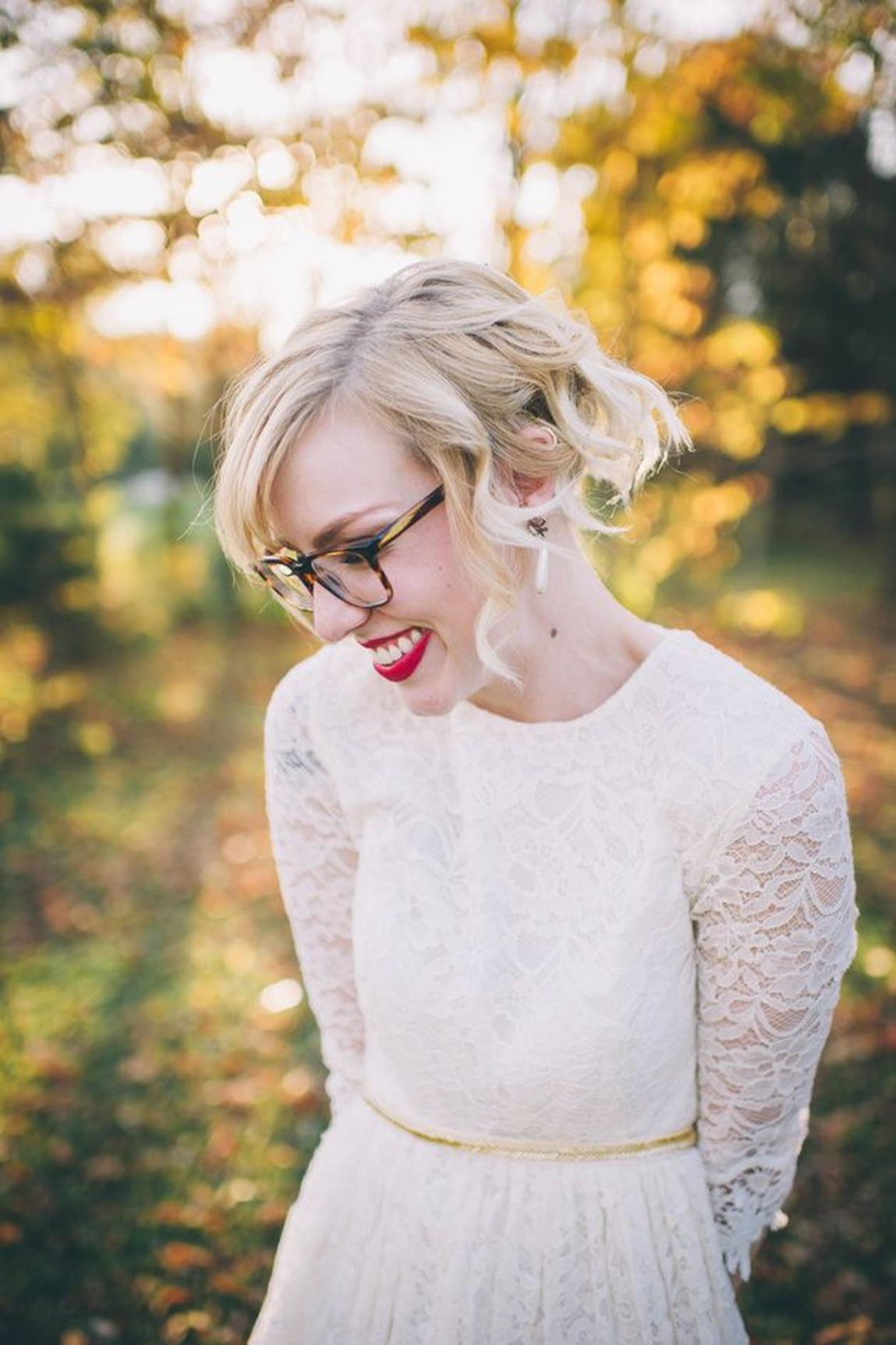 Bruid met bril en rode lippen