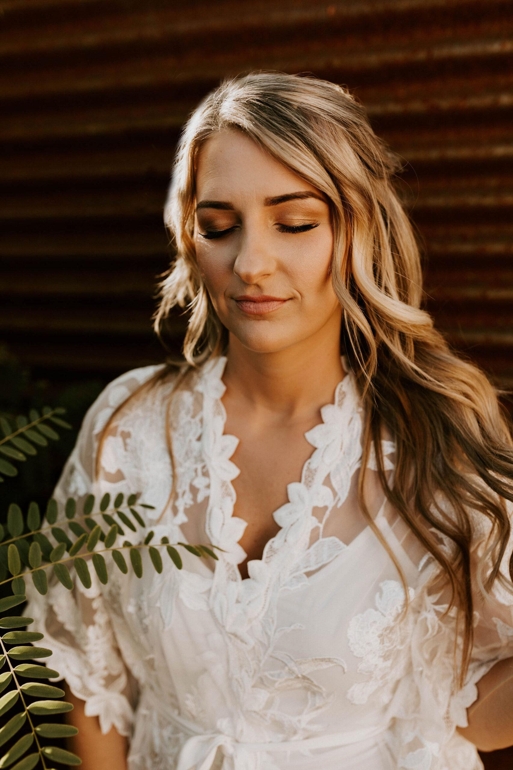 Haar en make-up van de bruid