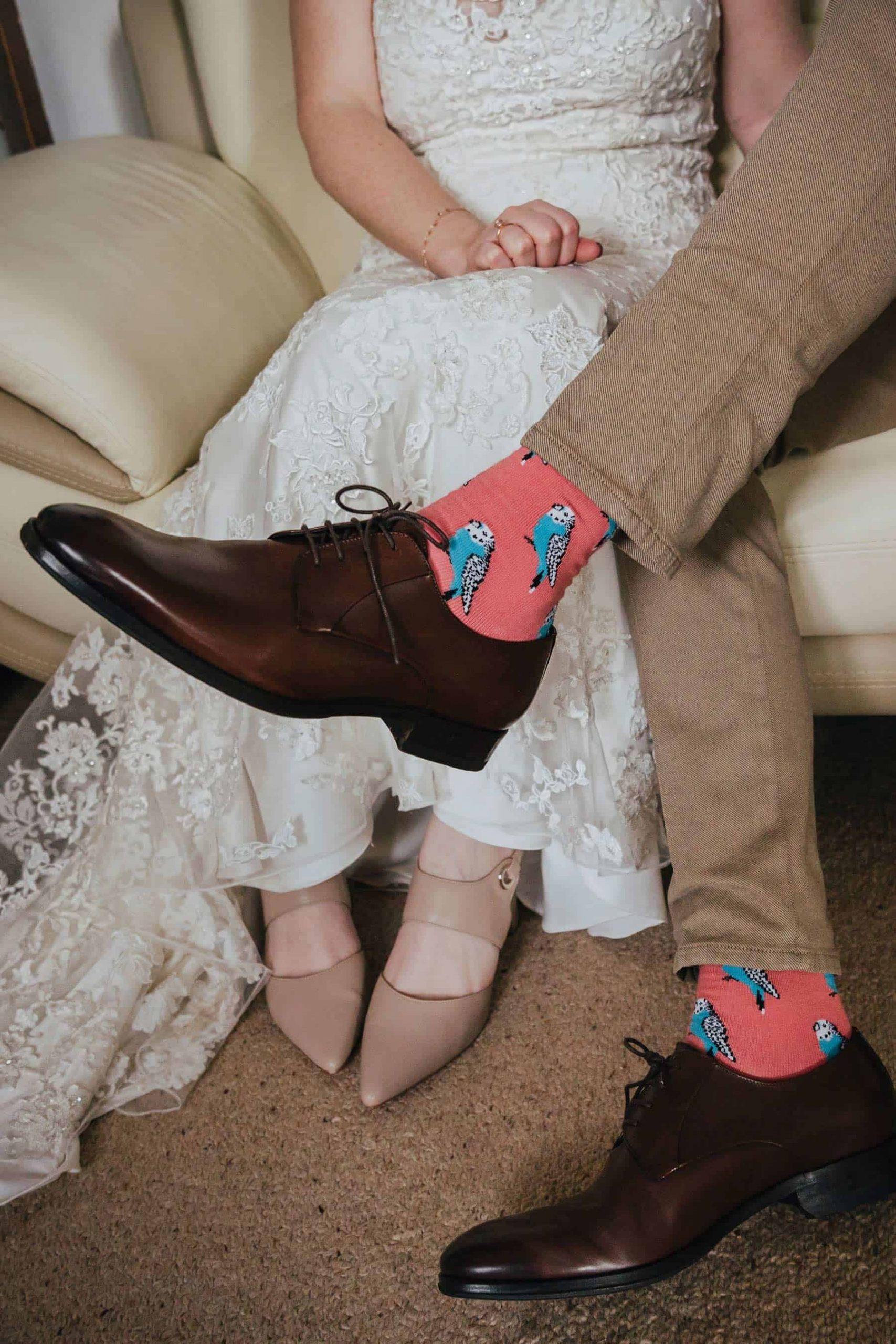 Bruidegom met gekleurde sokken voor de bruiloft
