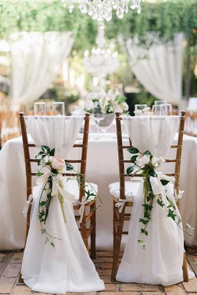 Bruiloft decoratie stoelen