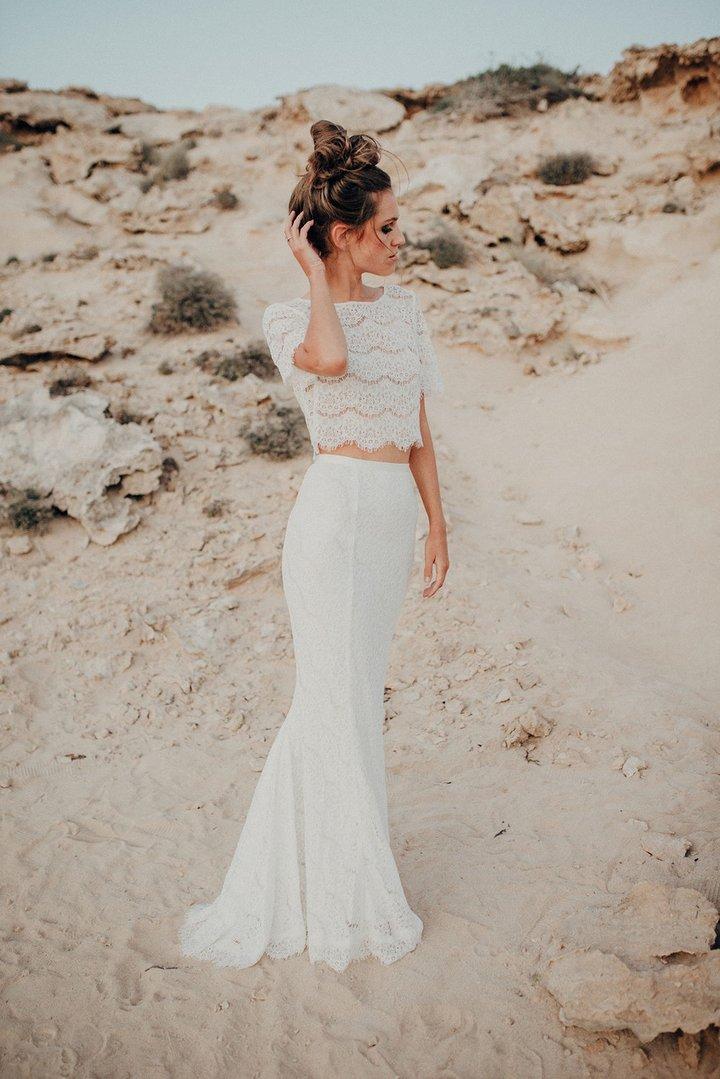 Bruid met een two piece trouwjurk op het strand