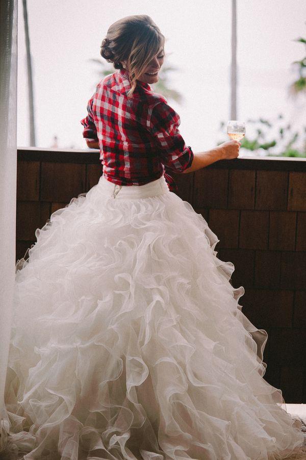 Bruid met vestje over trouwjurk