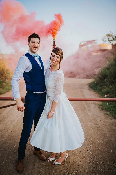 Bruidspaar met gekleurde rookbom