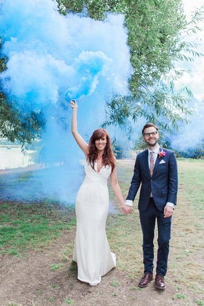 Bruidspaar met blauwe rookbom