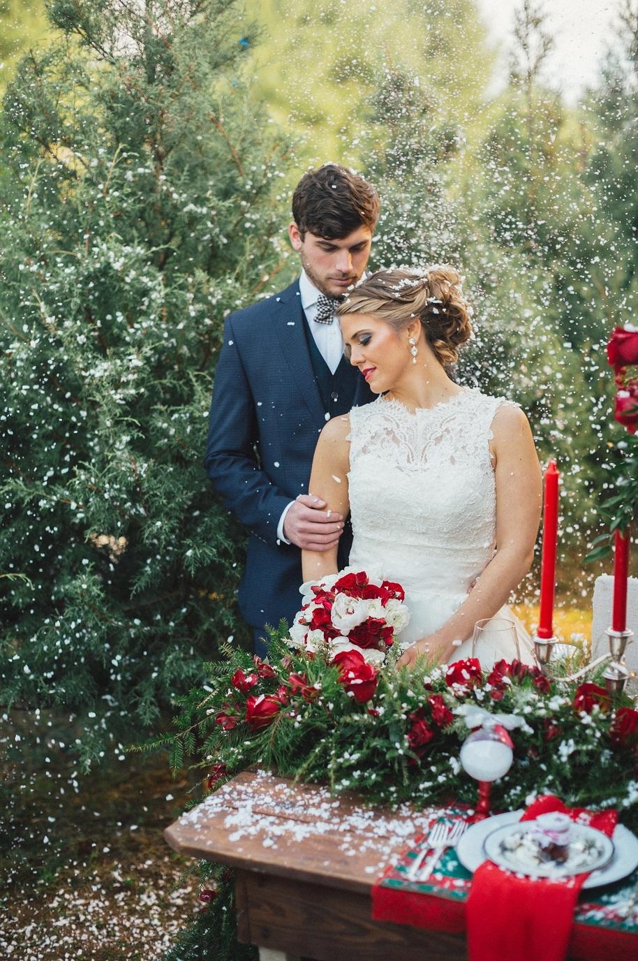 Bruidspaar tussen de kerstbomen