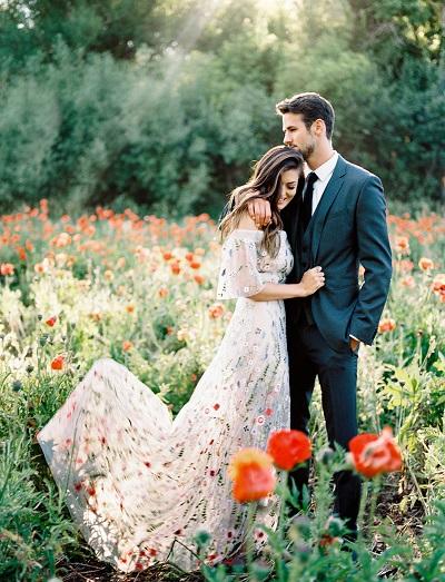Verlovingsfoto in bloemenveld