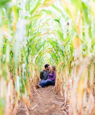 Verlovingsfoto in het veld