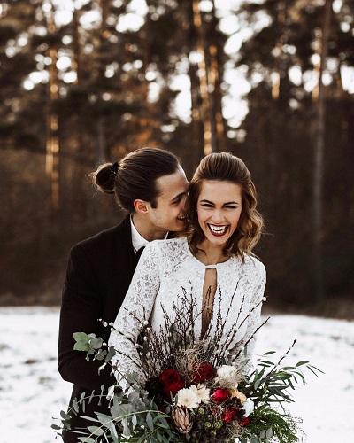 Winter bruid en bruidegom in de sneeuw