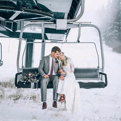 Bruidspaar in skilift