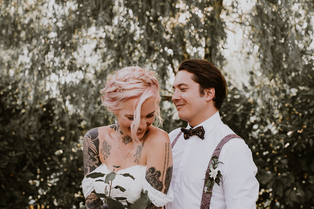 Bruid met roze haar en tatoeage