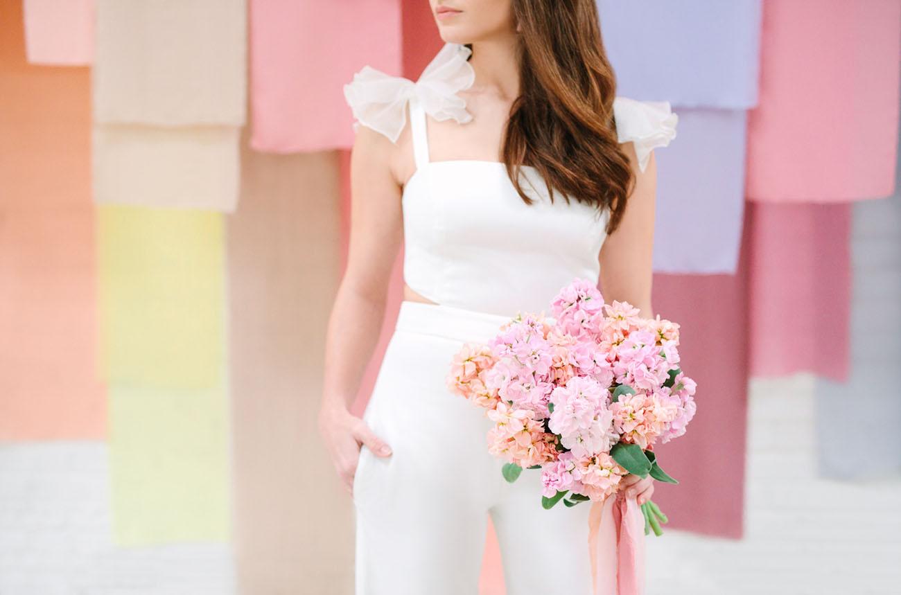 Bruid voor een achtergrond in pastelkleuren