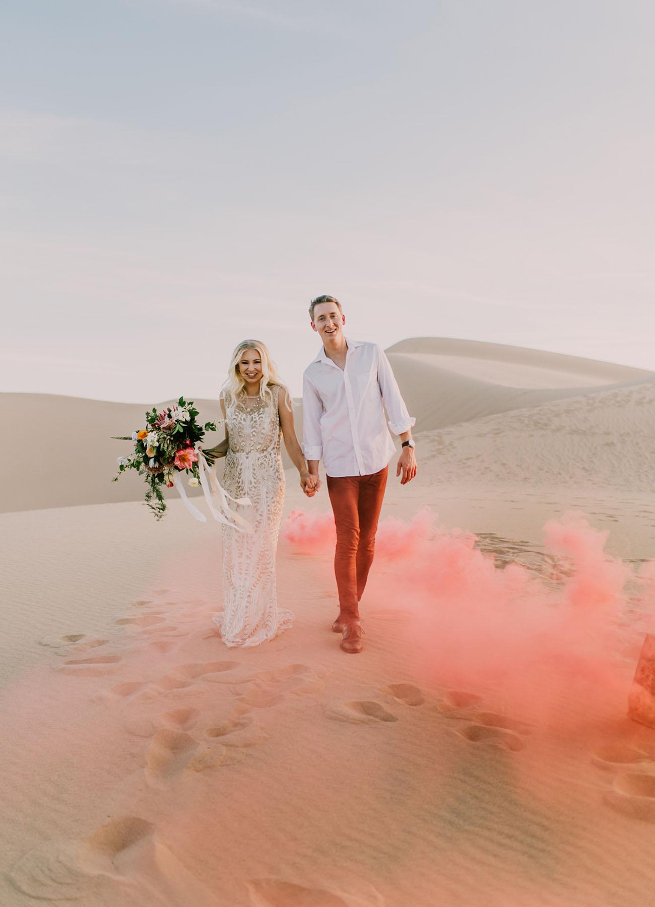 Gekleurde rookbom in het zand