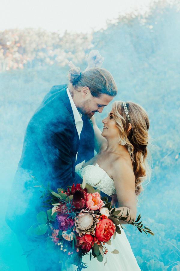 Blauwe rookbommen bruiloft