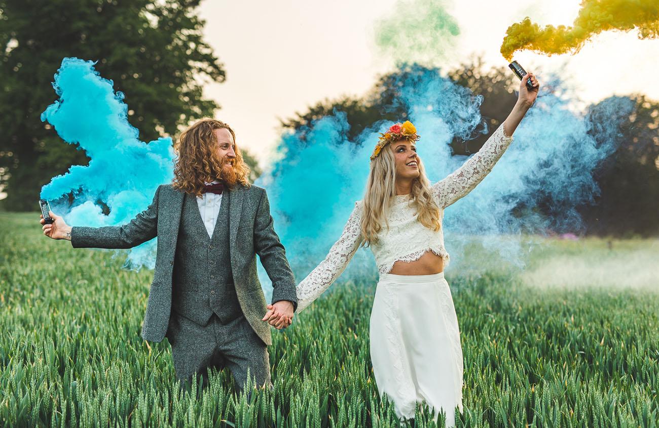 Bruidspaar met gekleurde rookbommen op hun bruiloft