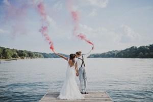 Bruidspaar met rookbommen op hun bruiloft